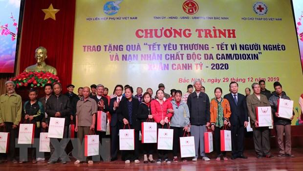 Pho Thu tuong Vu Duc Dam trao qua Tet cho nguoi ngheo, nan nhan da cam hinh anh 1