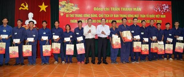 Chu tich MTTQ Viet Nam trao qua Tet cho cong nhan, nguoi ngheo hinh anh 1