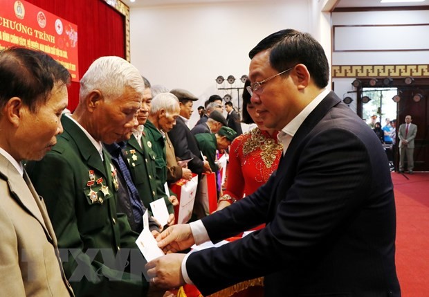 Pho Thu tuong Vuong Dinh Hue tham, chuc Tet dong bao dan toc Yen Bai hinh anh 1