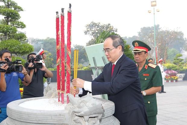 Lanh dao TP.Ho Chi Minh dang huong tuong niem cac anh hung liet sy hinh anh 1