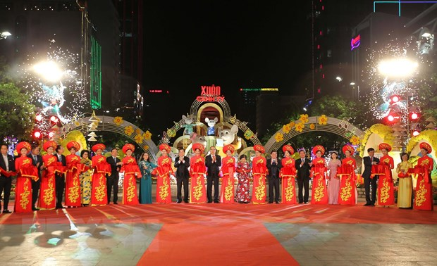 Sac thai van hoa hoi tu tren Duong hoa Nguyen Hue Xuan Canh Ty 2020 hinh anh 2