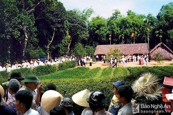 Dong nguoi hanh huong ve Khu di tich Kim Lien, tuong nho Bac Ho hinh anh 1