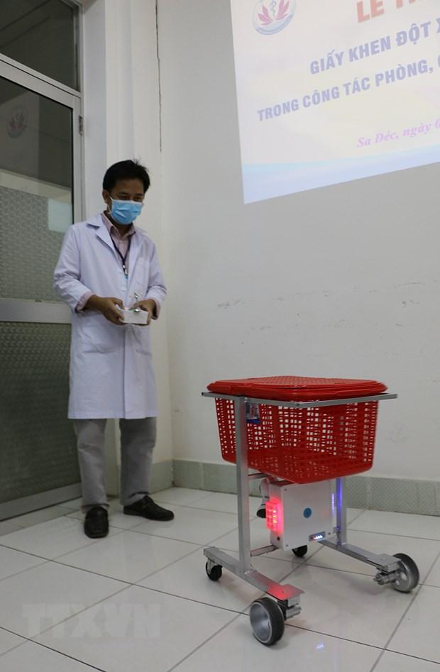 Bac sy Dong Thap sang che robot phuc vu nguoi benh nhiem COVID-19 hinh anh 2