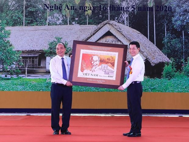 Bộ trưởng Bộ Thông tin và Truyền thông Nguyễn Mạnh Hùng tặng tem cho Thủ tướng Nguyễn Xuân Phúc. Ảnh: Thống Nhất/TTXVN
