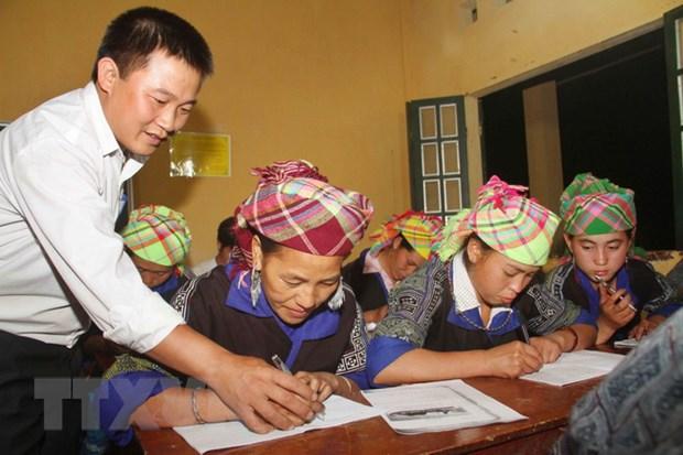 [Photo] Lop hoc xoa mu chu buoi toi cho dong bao Mu Cang Chai hinh anh 2