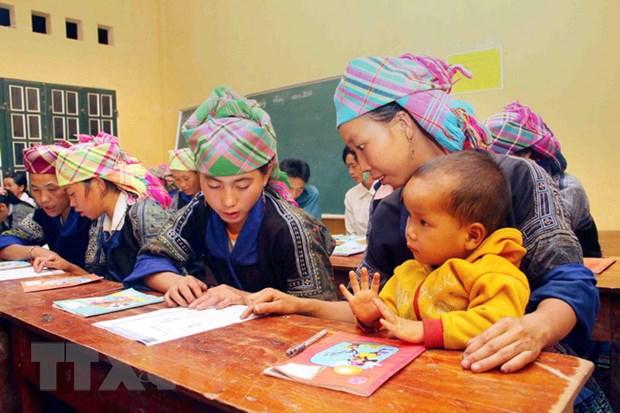 [Photo] Lop hoc xoa mu chu buoi toi cho dong bao Mu Cang Chai hinh anh 3