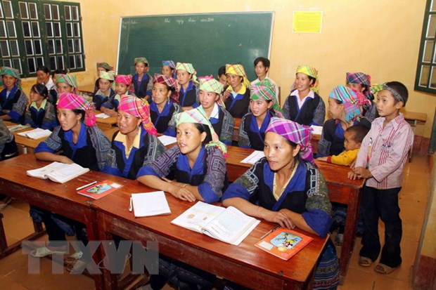 [Photo] Lop hoc xoa mu chu buoi toi cho dong bao Mu Cang Chai hinh anh 4