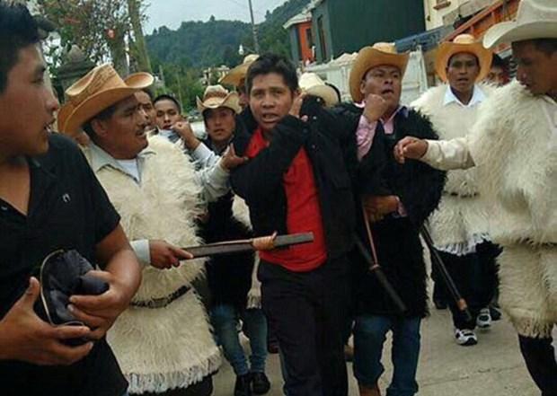 Mexico: Hai nguoi dan ong bi thieu song vi an trom xe hoi hinh anh 1