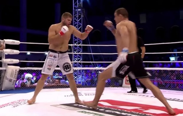 [Video] Ron toc gay voi pha gay ong chan cua vo sy dau truong MMA hinh anh 1