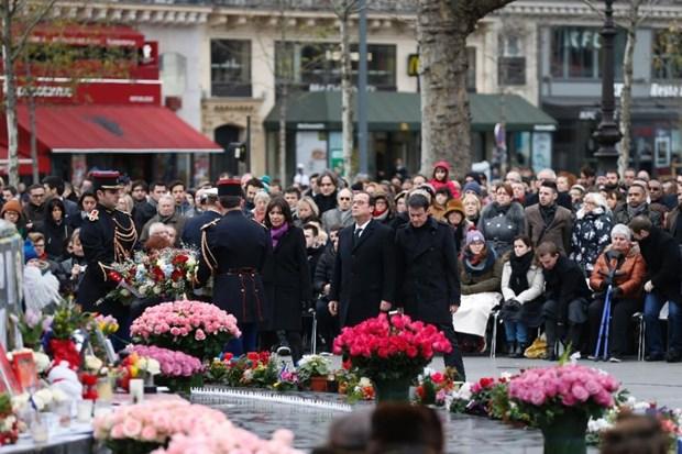 Hang nghin nguoi dan Paris tuong nho nan nhan vu Charlie Hebdo hinh anh 1