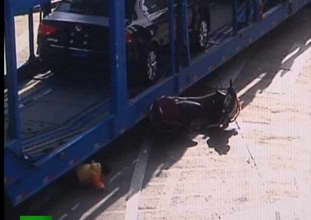 [Video] Xe container chay au cuon be gai 5 tuoi vao gam hinh anh 1