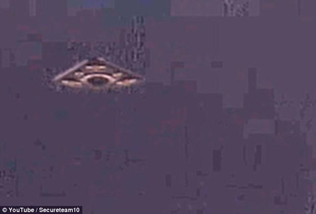 Phat hien UFO trong anh chup tau Apollo ha canh tren Mat Trang hinh anh 1