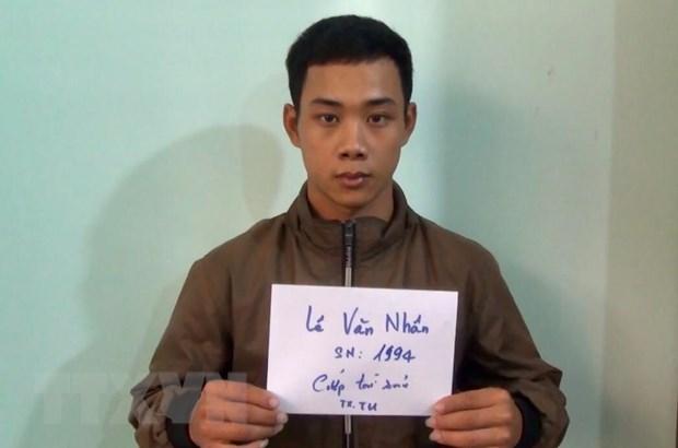 Binh Duong: Hai doi tuong dung dao cuop tai san tai xe taxi ra dau thu hinh anh 2