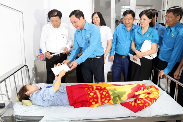 Nam Dinh: Tong Lien doan Lao dong tham hoi cong nhan vu ngo doc khi hinh anh 1