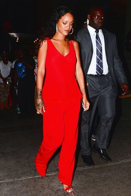 Rihanna va doi guoc yeu thich Manolo Blahnik Chaos hinh anh 1