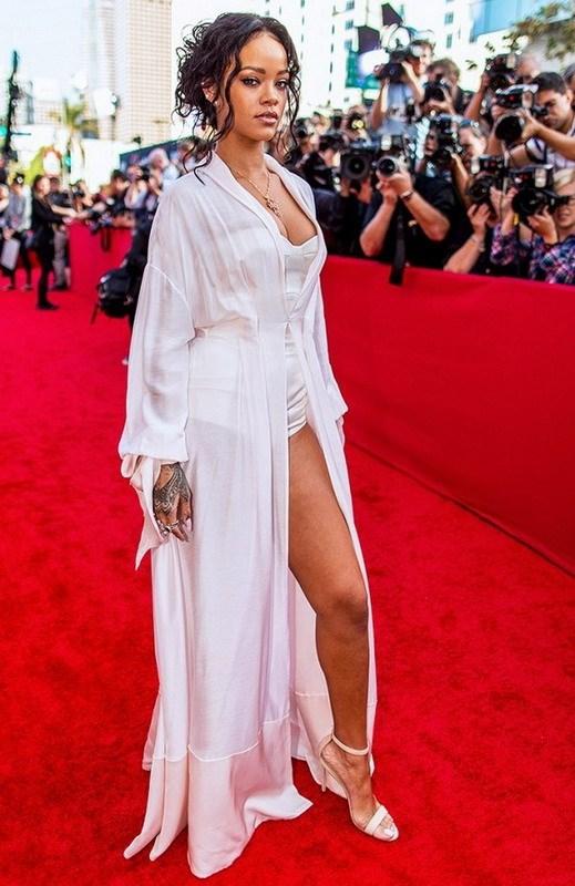 Rihanna va doi guoc yeu thich Manolo Blahnik Chaos hinh anh 12