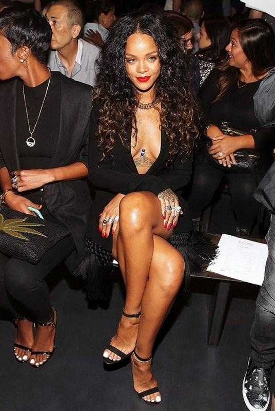 Rihanna va doi guoc yeu thich Manolo Blahnik Chaos hinh anh 8
