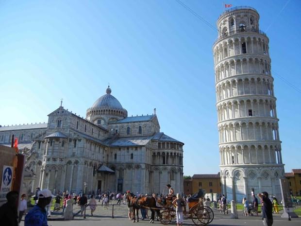 Italy lap dat may do kim loai duoi chan cua thap nghieng Pisa hinh anh 1