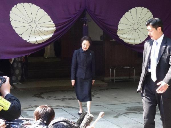 Quan chuc Nhat tiep tuc vieng den Yasukuni bat chap chi trich hinh anh 1