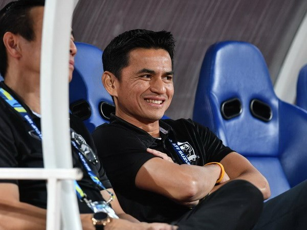 Noi khong voi thay cu Messi, Thai Lan muon giu chan Kiatisak hinh anh 1
