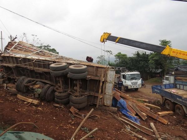 Quang Tri: Lat xe tai cho go, go tran de chet lai xe hinh anh 1