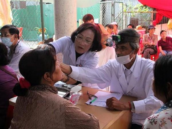 Bac sy Viet Nam kham chua benh mien phi o Campuchia hinh anh 2