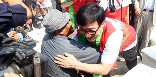 Ngoi sao Thanh Long khich le cac nan nhan dong dat o Nepal hinh anh 1