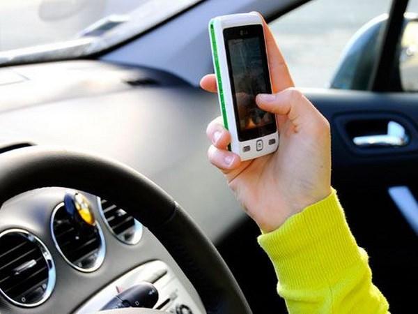 Italy: Bao dong hiem hoa do su dung smartphone khi lai xe hinh anh 1