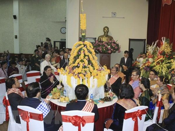 Long trong don Tet co truyen Bunpimay cua Lao tai Ha Noi hinh anh 1