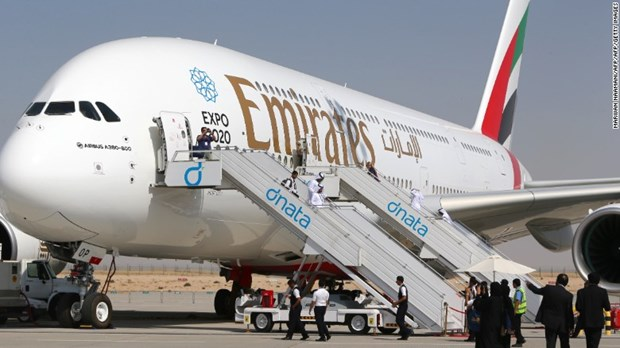 Cau be Trung Quoc tron ve may bay sang Dubai de... an xin hinh anh 1