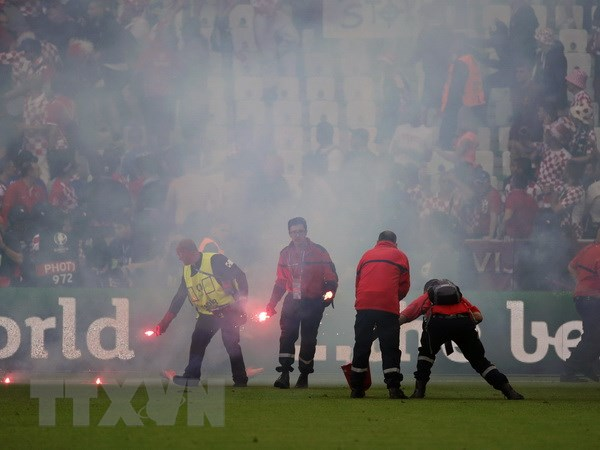 UEFA khoi kien Croatia ve vu co dong vien nem phao sang hinh anh 1