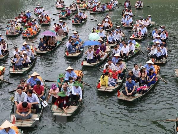 Hang nghin du khach tham du Le hoi truyen thong Trang An hinh anh 1