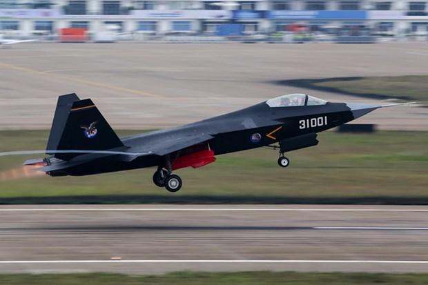 Trung Quoc: May bay chien dau tang hinh J-31 lan dau xuat hien hinh anh 1