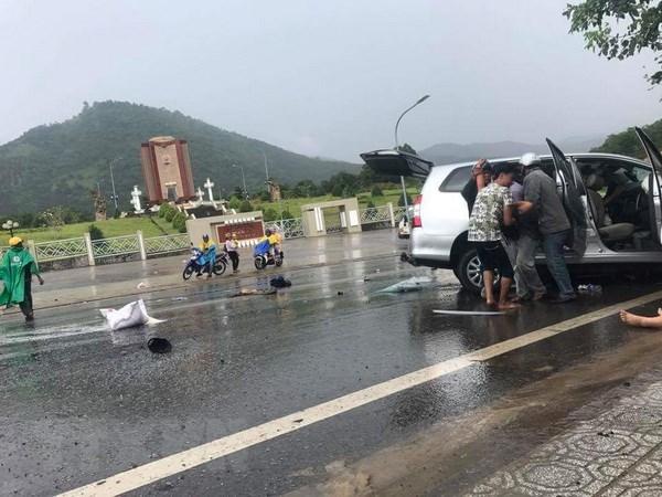 Tuyen Quang: Oto con doi dau xe khach, 5 nguoi bi thuong hinh anh 1