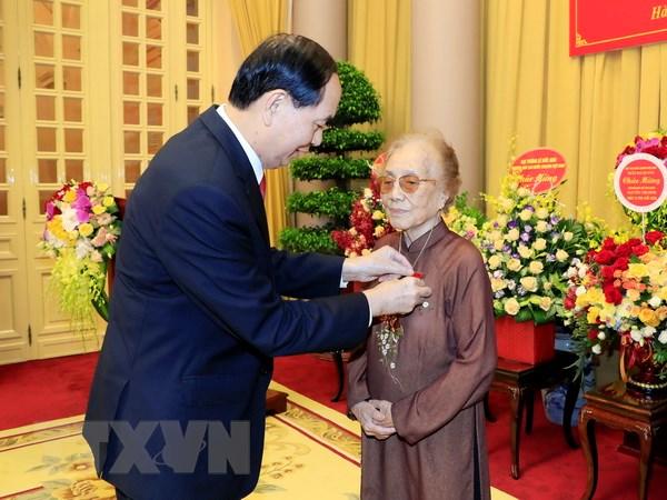 Le trao Huy hieu Dang tang nguyen Pho Chu tich nuoc Nguyen Thi Binh hinh anh 1