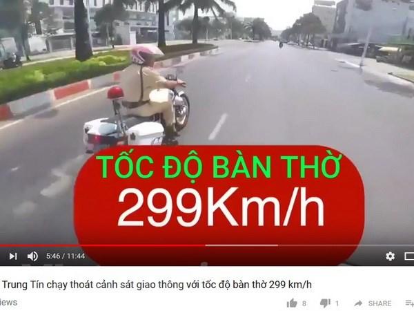 Tu quay clip chay tron canh sat tung len mang, bi phat 7 trieu dong hinh anh 1