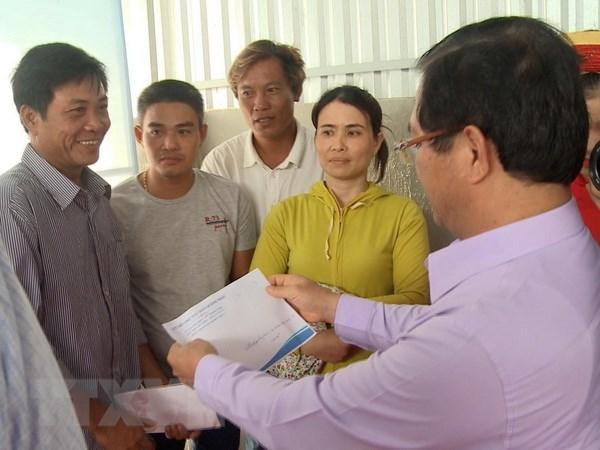 Quang Ngai ban giao tau ca composite dau tien cho ngu dan hinh anh 1