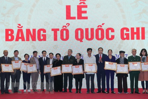 Trao Bang To quoc ghi cong toi cac than nhan, gia dinh liet sy hinh anh 2