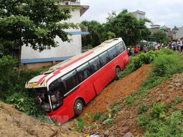 Quang Ninh: Xe cho 22 khach nuoc ngoai mat lai lao xuong ranh hinh anh 1