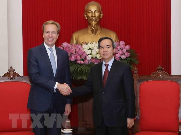 Pho Thu tuong Pham Binh Minh tiep Chu tich Dien dan Kinh te the gioi hinh anh 2
