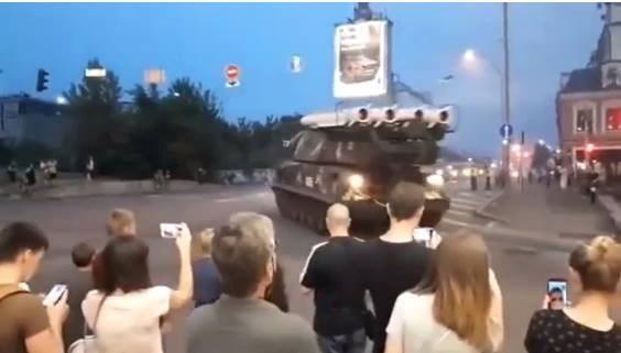Khoanh khac xe cho ten lua dam thang vao trung tam thuong mai Kiev hinh anh 1