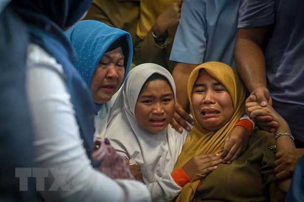 Vu roi may bay tai Indonesia: Da tim thay 6 thi the nan nhan hinh anh 3