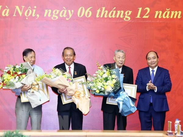 Dong chi Dong Sy Nguyen nhan Huy hieu 80 nam tuoi Dang hinh anh 1