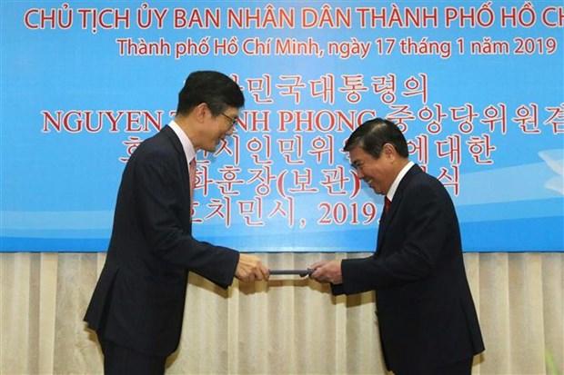 Chu tich UBND TP.HCM nhan Huan chuong cua Tong thong Han Quoc hinh anh 1