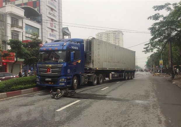 Nghe An: Xe container keo le xe may hon 100m, mot nguoi tu vong hinh anh 1