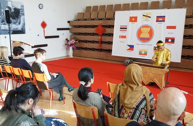Hoc sinh Viet Nam va ASEAN quang ba van hoa chau A tai Sec hinh anh 1