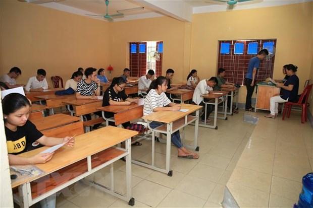 Thí sinh đến làm thủ tục dự thi tại điểm thi trường THPT Hà Huy Tập, thành phố Vinh. Ảnh: Bích Huệ/TTXVN