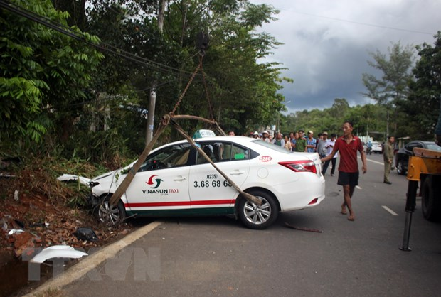 Quang Nam: Xe taxi va cham voi xe may, 2 nguoi tu vong hinh anh 1