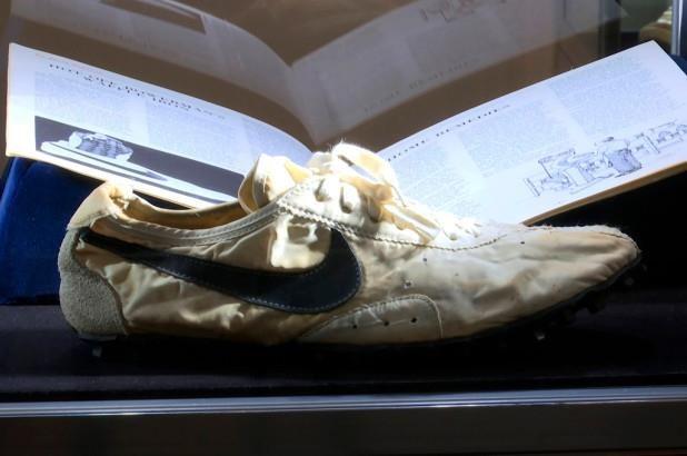 Doi giay Nike duoc ban voi muc gia ky luc gan 450.000 USD hinh anh 1