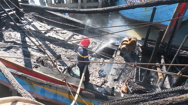 Quang Ngai: Hoa hoan thieu rui mot tau ca sap xuat ben hinh anh 1